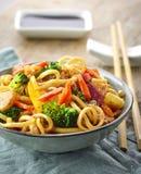 Азиатские лапши яичка с овощами и мясом Стоковое Фото