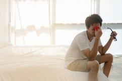 Азиатские люди не удобны с болью стоковые изображения rf