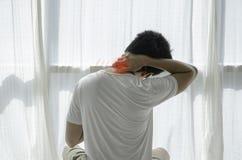 Азиатские люди не удобны с болью стоковое изображение