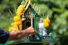 Азиатские люди с уважением оплаты ладана к святыне или worshi духа стоковое фото