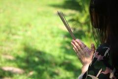 Азиатские люди с уважением оплаты ладана к святыне или worshi духа стоковое изображение