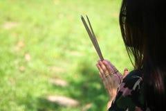 Азиатские люди с уважением оплаты ладана к святыне или worshi духа стоковая фотография rf