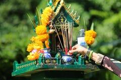 Азиатские люди с уважением оплаты ладана к святыне или worshi духа стоковая фотография