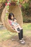 Азиатские мать и младенец, сцена семьи Стоковые Изображения