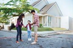 Азиатские мать и отец с ребенк играя вокруг их дома стоковое изображение
