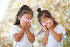 Азиатские маленькие девочки с сердцами на глазах Стоковое фото RF