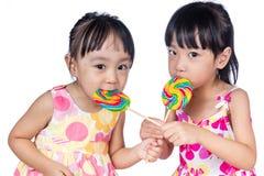 Азиатские маленькие китайские девушки есть леденец на палочке Стоковое Изображение