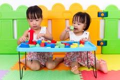 Азиатские маленькие китайские девушки играя деревянные блоки Стоковая Фотография RF