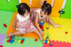 Азиатские маленькие китайские девушки играя деревянные блоки Стоковое Изображение RF
