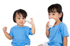 Азиатские маленькие китайские девушки играя с бумажными стаканчиками Стоковое Изображение RF