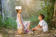 Азиатские мальчики и девушки читая книгу Стоковые Фото