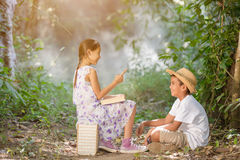 Азиатские мальчики и девушки читая книгу Стоковое Фото