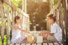 Азиатские мальчики и девушки читая книгу Стоковые Изображения RF