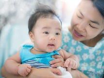 Азиатские младенец и мама Стоковые Фото