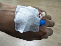 Азиатские мужские руки имеют трубку для того чтобы обработать болезнь От докторов стоковые фотографии rf