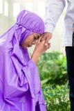Азиатские мусульманские пары, человек и женщина, моля дома стоковая фотография rf