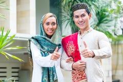 Азиатские мусульманские пары нося традиционное платье стоковая фотография rf