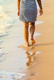 Азиатские ноги ` s женщины идя на песок Паттайя приставают Таиланд к берегу Стоковое Изображение RF