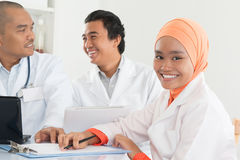 Азиатские доктора встречая на офисе больницы Стоковое фото RF