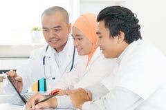 Азиатские доктора обсуждая на офисе больницы Стоковое Фото