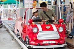 Азиатские отец и дочь на тематическом парке Tokyo Dome стоковое фото