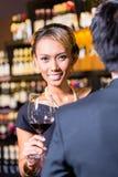 Азиатские пары выпивая красное вино Стоковое Изображение RF
