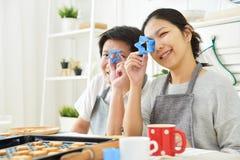 Азиатские пары держа резцы в формах звезды Стоковые Фото
