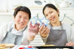 Азиатские пары держа резцы в формах звезды Стоковое фото RF