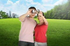 Азиатские пары делая selfie на парке города Стоковые Фотографии RF