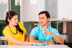 Азиатские пары имея затруднения отношения Стоковое Изображение