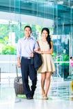 Азиатские пары идя в лобби гостиницы стоковая фотография