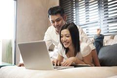 азиатские пары компьютера смотря экран Стоковые Фото