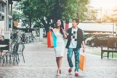 Азиатские пары наслаждаясь романскими хозяйственными сумками траты фасонируют sho Стоковая Фотография