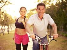 Азиатские пары наслаждаясь мероприятиями на свежем воздухе Стоковое Изображение