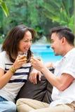Азиатские пары на софе стоковые фото