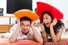 Азиатские пары дома в их живущей комнате Стоковое фото RF