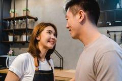 Азиатские пары подготавливают еду совместно Красивые счастливые азиатские человек и женщина варят в кухне Стоковое Изображение RF