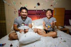 Азиатские пары празднуя Новый Год с шутихой огня Стоковое Фото