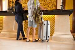Азиатские пары проверяя внутри на приеме гостиницы стоковые фотографии rf
