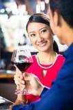 Азиатские пары с вином в ресторане Стоковое Изображение
