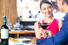 Азиатские пары с вином в ресторане Стоковые Изображения