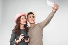 Азиатские пары фотографируют совместно, усмехающся и имеющ потеху стоковые фотографии rf