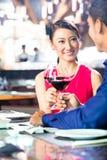 Азиатские пары штрафуют обедать в ресторане Стоковое фото RF