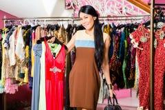 Азиатские покупки женщины в магазине моды Стоковые Фотографии RF