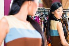 Азиатские покупки женщины в магазине моды Стоковая Фотография