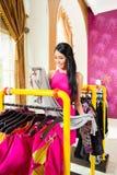 Азиатские покупки женщины в магазине моды стоковая фотография rf