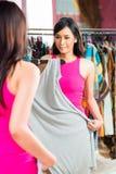 Азиатские покупки женщины в магазине моды Стоковое фото RF