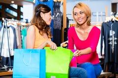 Азиатские покупки моды подруги в магазине Стоковое фото RF