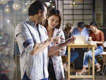 Азиатские предприниматели обсуждая дело в офисе стоковое фото