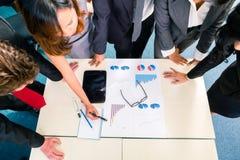 Азиатские предприниматели встречая в офисе Стоковое Фото